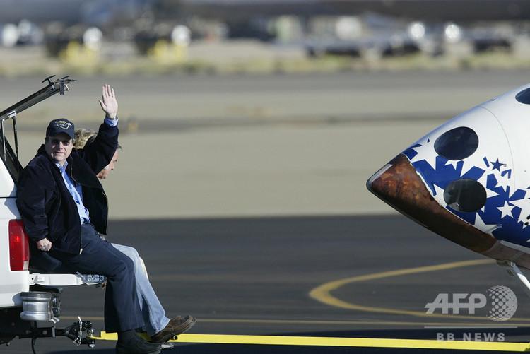 米カリフォルニア州モハベの飛行場で、民間有人宇宙船「スペースシップワン」の着陸後に手を振るポール・アレン氏(2004年10月4日撮影)。(c)HECTOR MATA / AFP
