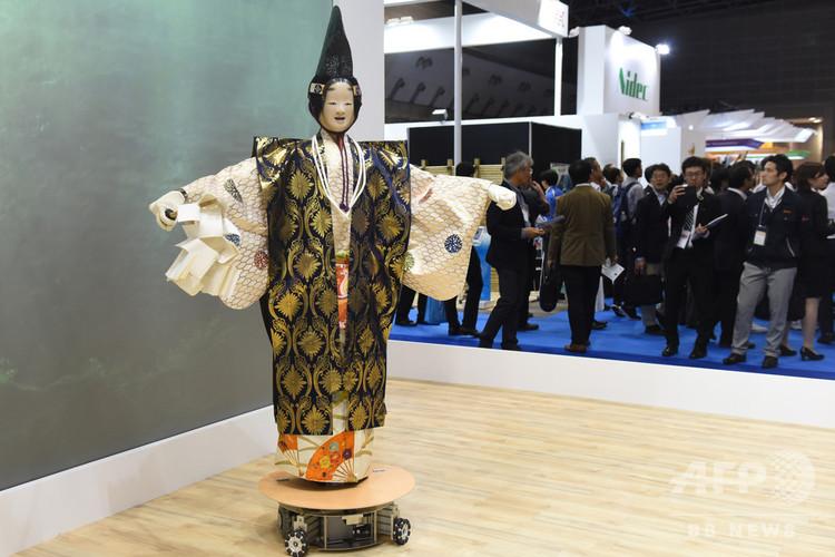 「ワールドロボットサミット2018」で披露されたロボットによる能の舞(2018年10月17日撮影)。(c)AFPBB News/Yoko Akiyoshi