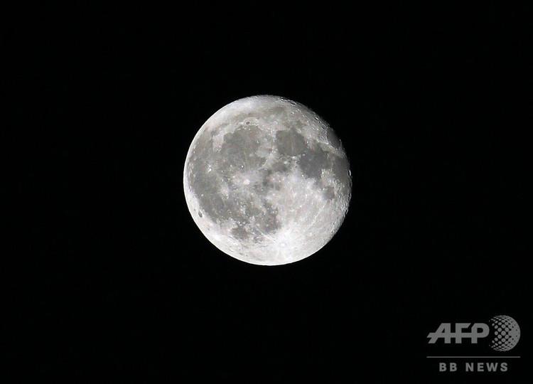 満月(2018年9月26日撮影、資料写真)。(c)Daniel ROLAND / AFP