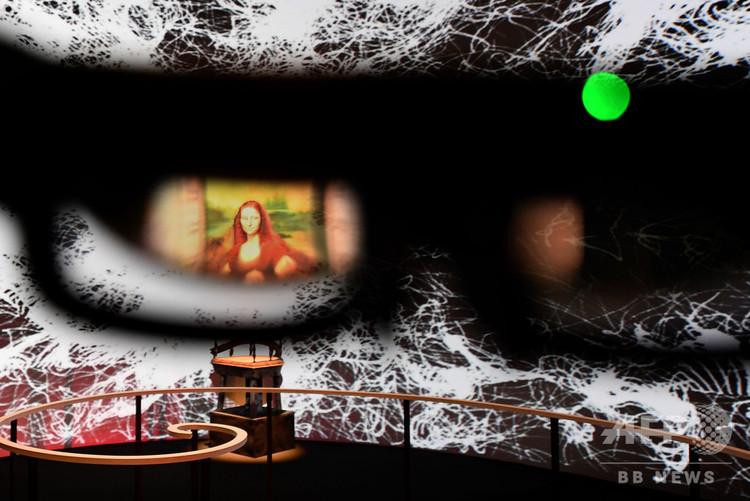 東京の日本科学未来館で公開されている「モナ・リザ」をモチーフにしたVR作品。眼鏡越しに姿が見える(2018年11月2日撮影)。(c)AFPBB News/Yoko Akiyoshi