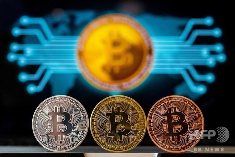 仮想通貨ビットコインのビジュアル・レプリゼンテーション。イスラエル・テルアビブにある「ビットコイン・チェンジ」ショップにて(2018年2月6日撮影。資料写真)(c)AFP/ JACK GUEZ / AFP