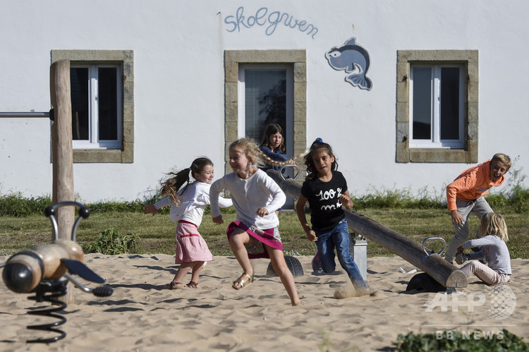 フランス西部のオエディック島の学校で遊ぶ子どもたち(2018年9月3日撮影)。(c)Sebastien SALOM-GOMIS / AFP