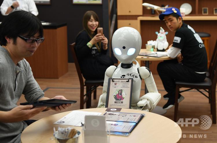 来客の注文を取るロボット「オリヒメディ―」(2018年11月26日撮影)。(c)AFPBB News/Yoko Akiyoshi
