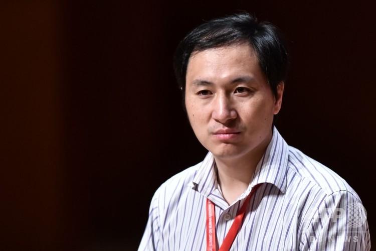 遺伝子編集技術を適用した初めての人間の赤ちゃんを誕生させたと主張している中国の科学者、賀建奎氏。中国・香港の学会にて(2018年11月28日撮影)。(c)Anthony WALLACE / AFP