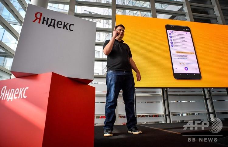 ロシア首都モスクワで、ヤンデックスのスマートフォン「Yandex.Phone」を発表する同社のフョードル・エジョフ氏(2018年12月5日撮影)。(c)Yuri KADOBNOV / AFP