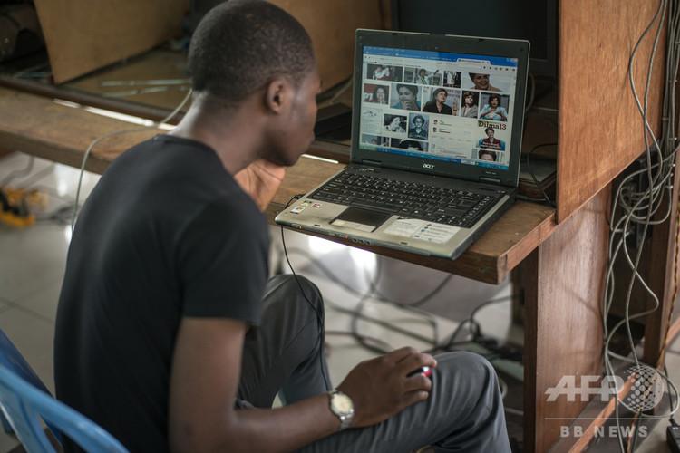 コンゴ民主共和国の首都キンシャサにあるインターネットカフェの利用客(2015年2月25日撮影、資料写真)。(c)FEDERICO SCOPPA / AFP