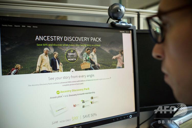 DNA検査サービスを提供するウェブサイトを見る男性。米首都ワシントンにて(2018年10月17日撮影)。(c)Eric BARADAT / AFP