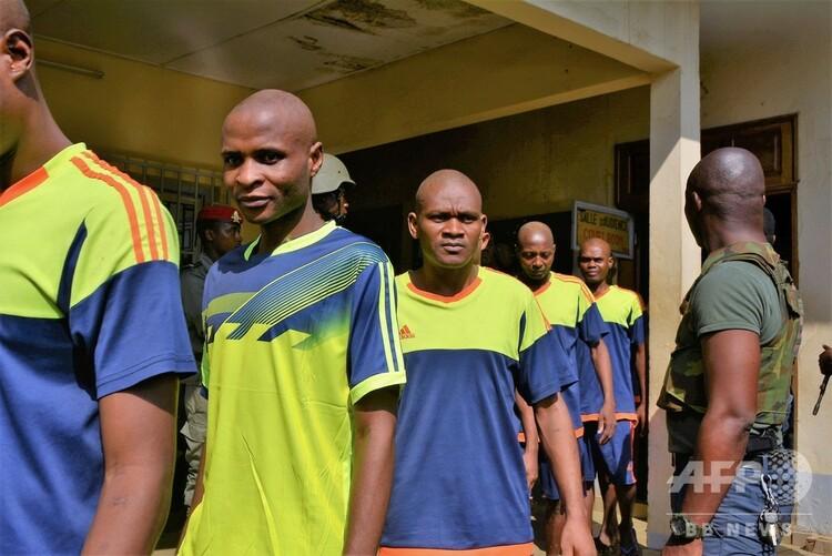 カメルーンの首都ヤウンデの軍事裁判所で、英語圏の独立運動とのかかわりがあったとして逮捕された人々(2018年12月14日撮影、資料写真)。(c)AFP