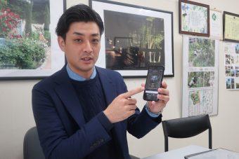 福島ロボットテストフィールドのロボット芝刈機の様子をアプリで示す長澤氏