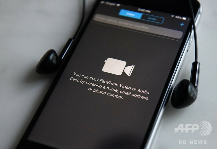 アップルのスマートフォン「iPhone(アイフォーン)」の通話アプリ「フェイスタイム」(2018年4月17日撮影、資料写真)。(c)Roslan RAHMAN / AFP
