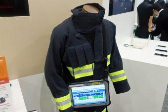 スマート消防服と消防士の状況を表わすタブレット