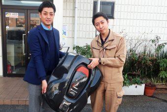 オートモアを持つハスクバーナ・ゼノア長澤勇人氏(左)と西武緑化管理杉山太郎氏(右)