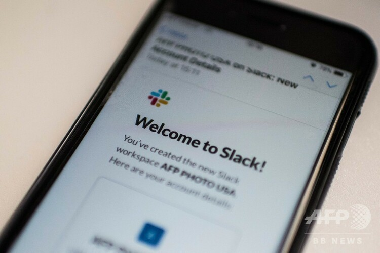 スマートフォン上に表示されたスラックのアプリ(2019年2月4日撮影)。(c)Eric BARADAT / AFP
