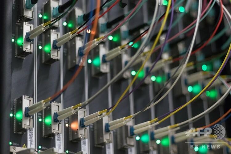 データセンターのサーバーに接続されたケーブル(2018年7月25日撮影、資料写真)。(c)Yann Schreiber / AFP