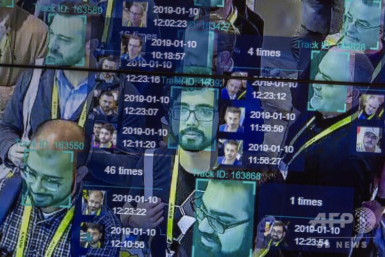 米ネバダ州ラスベガスで開催された世界最大級の家電見本市「CES」で公開された、人が密集した場所で人工知能(AI)と顔認証システムを用いた時空間的技術(2019年1月10日撮影、本文とは関係ありません)。(c)DAVID MCNEW / AFP