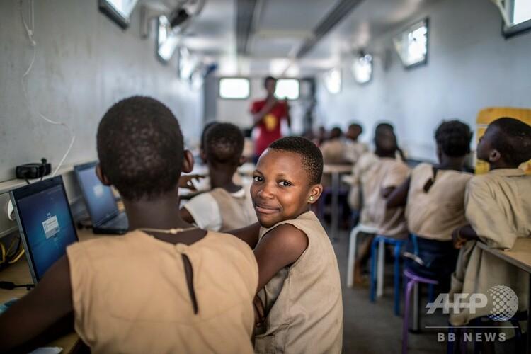 アフリカ西部ベナンのアブランクで、非営利団体「ブロラブ」が提供する授業に参加する学生たち(2019年1月18日撮影)。(c)Yanick Folly / AFP