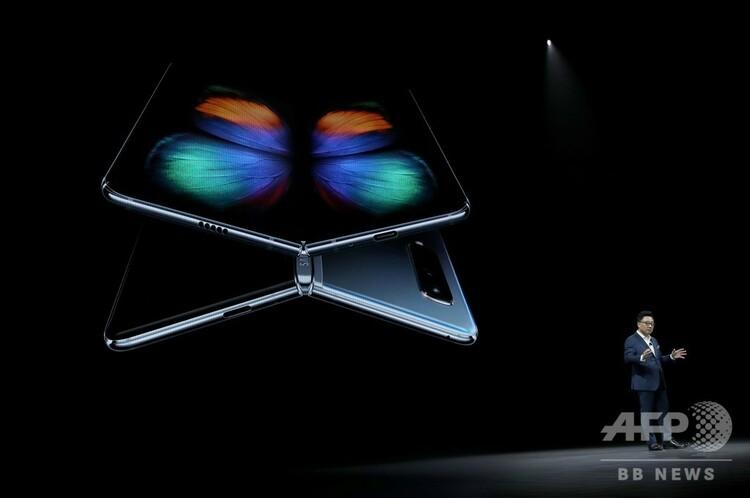 米サンフランシスコで、サムスン電子の新型スマートフォン「Galaxy Fold」を発表する、同社スマホ事業担当の高東真(コ・ドンジン)社長(2019年2月20日撮影)。(c)Justin Sullivan/Getty Images/AFP