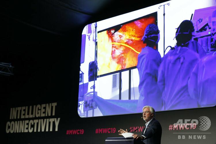 スペイン・バルセロナで行われている「モバイル・ワールド・コングレス(MWC)」で、5G技術を駆使した遠隔手術についてスピーチを行うアントニオ・デレイシー医師(2019年2月27日撮影)。(c)Pau Barrena / AFP