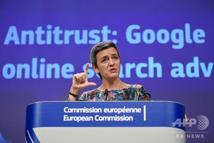 ベルギー、ブリュッセルの欧州連合(EU)本部で、「反トラスト:グーグルのオンライン検索広告」と題する共同記者会見を行ったマルグレーテ・ベステアー欧州委員(競争政策担当、2019年3月20日撮影)。(c)John THYS / AFP