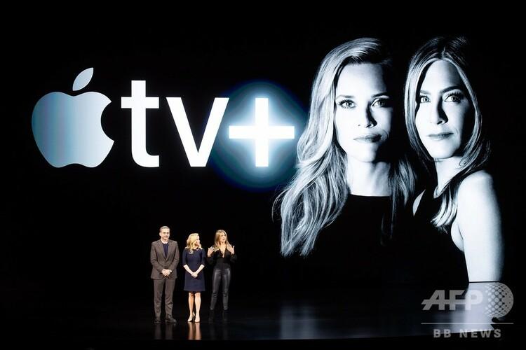 米カリフォルニア州クパチーノのアップル本社で行われた「Apple TV+」発表イベントに登場した(左から)俳優のスティーヴ・カレルさん、リース・ウィザースプーンさん、ジェニファー・アニストンさん(2019年3月25日撮影)。(c)NOAH BERGER / AFP