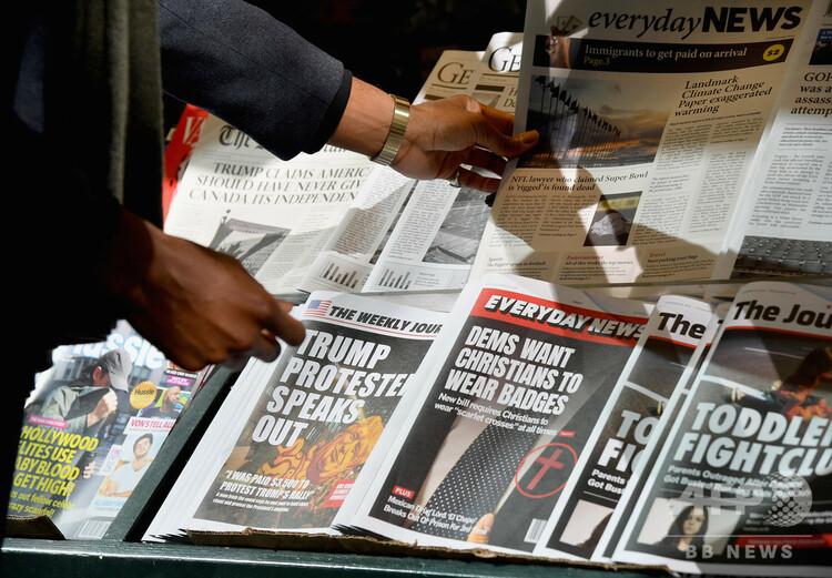 米ニューヨークのマンハッタンにある、偽ニュースを販売するニューススタンド(2018年10月30日、資料写真)。(c)ANGELA WEISS / AFP