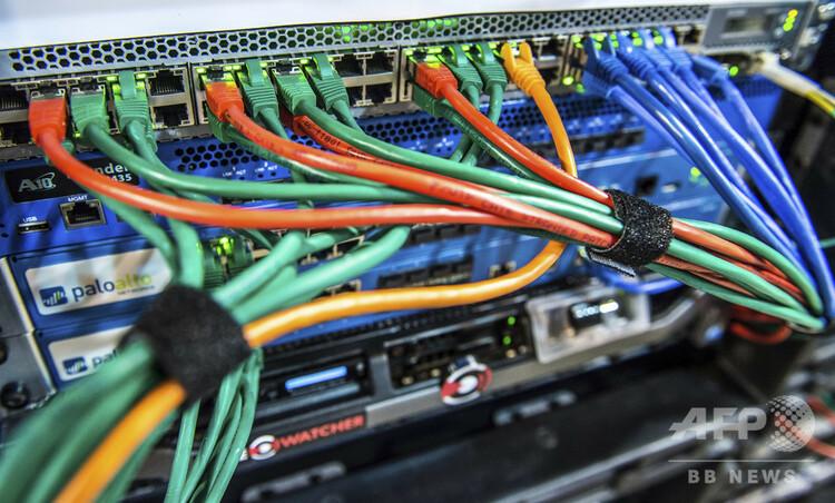 サイバーセキュリティーシステムにつながれたケーブル(2017年1月24日撮影、資料写真)。(c)PHILIPPE HUGUEN / AFP