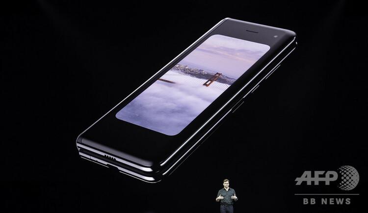 米サンフランシスコでの発表会で披露されたサムスン電子の新型スマートフォン「Galaxy Fold」(2019年2月20日撮影)。(c)Josh Edelson / AFP)