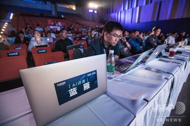 アリババのプログラミング競技会に登場したAI審査員(2019年4月19日撮影)。(c)CNS/仲雁銘