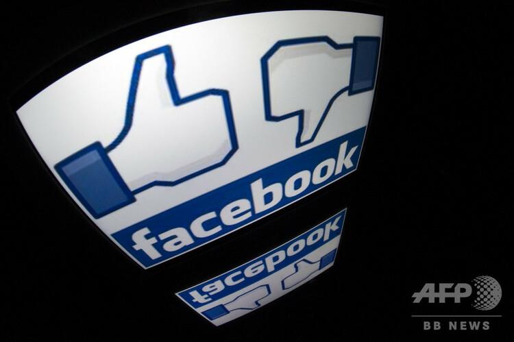 米フェイスブックのロゴと「いいね!」ボタンの画像(2012年12月4日撮影、資料写真)。(c)LIONEL BONAVENTURE / AFP