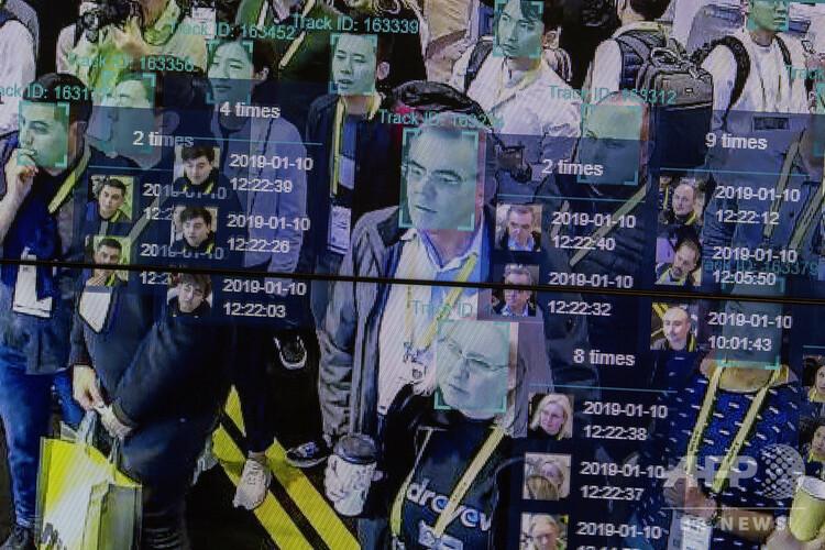 人工知能(AI)と顔認証技術の実演。米ラスベガスで開かれた国際コンシューマー・エレクトロニクス・ショー(CES)で(2019年1月10日撮影、資料写真)。(c)DAVID MCNEW / AFP