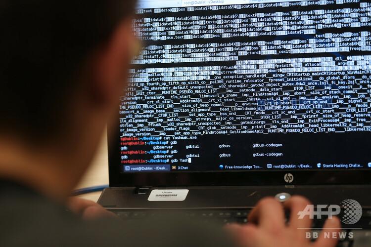 コンピューターを操作する人(2013年3月16日撮影、資料写真)。(c)THOMAS SAMSON / AFP