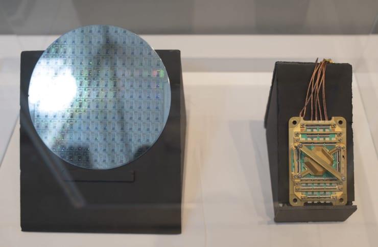 会場には参加企業の展示ブースも設けられていた。写真は、D-Waveが開発した量子アニーリングマシンの素子ウエハ(左)と素子モジュール(右)