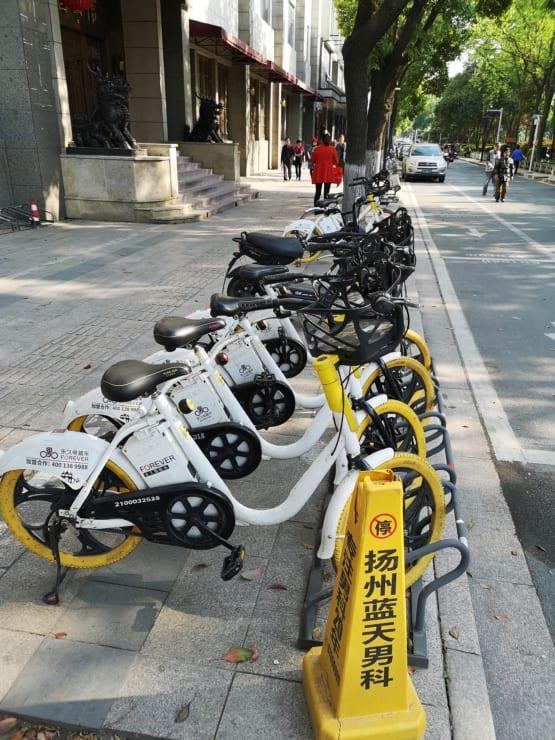 揚州市に並ぶ「第二世代」シェア自転車。駐輪スペースの整備も進んでいる