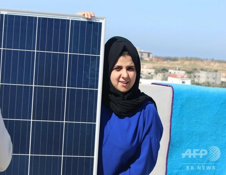 封鎖下にあるガザ地区で低価格のエネルギーを提供する太陽光発電システム「サンボックス」を開発したマジド・ハシュハラウィさん。(c)Majd Mashharawi