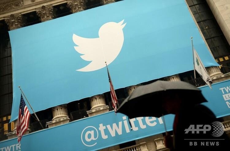 米ニューヨーク証券取引所に掲げられたツイッターのロゴ(2013年11月7日撮影、資料写真)。(c)Emmanuel DUNAND / AFP