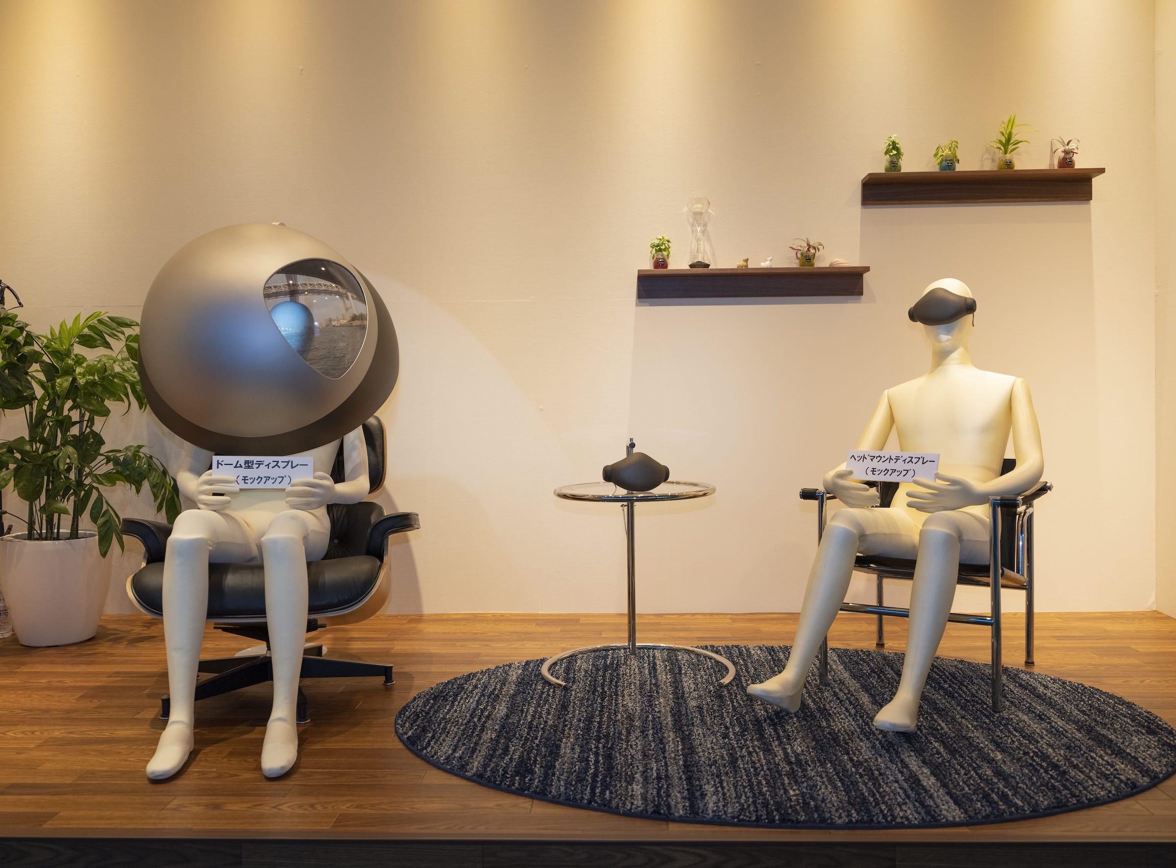 未来のテレビ視聴スタイルの一例として展示されていた、8K映像などによる高精細VR映像を体験できるヘッドマウントディスプレイ(右)とドーム型ディスプレイ(左)