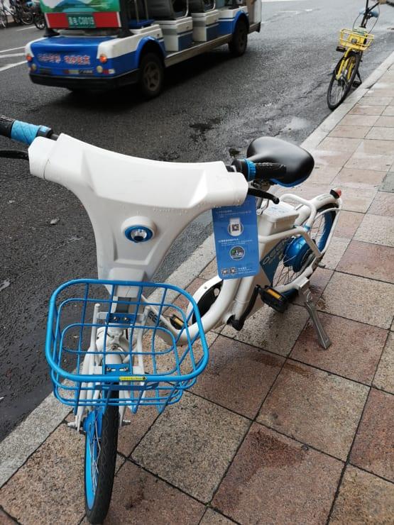 泉州市で見た「第二世代」シェア自転車。電動アシストタイプになっている。