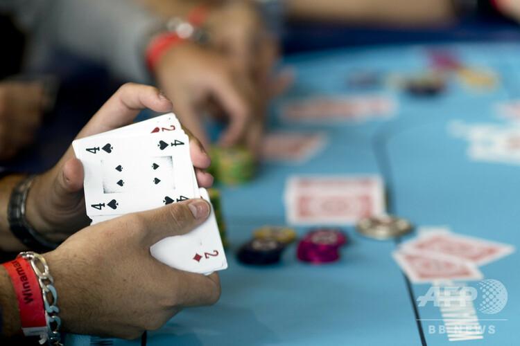 ポーカーをする人(2014年10月25日撮影、資料写真)。(c) KENZO TRIBOUILLARD / AFP