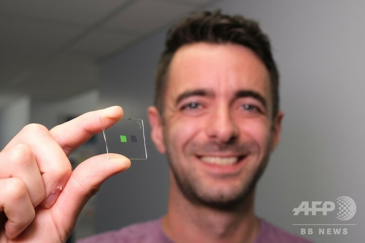 人工舌を構成する素材を拡大したものを持つアラスデア・クラーク氏。グラスゴー大学提供(2019年8月6日提供、撮影日不明)。(c)AFP PHOTO / UNIVERSITY OF GLASGOW