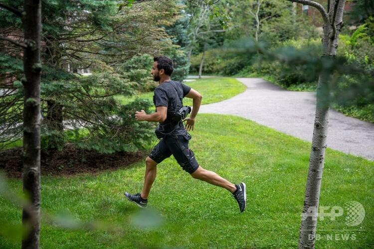 腰と太ももに着用する繊維部品で作られたパワーアシストスーツ。米ハーバード大学ワイズ研究所提供(撮影日不明)。(c)AFP PHOTO / Wyss Institute at Harvard University