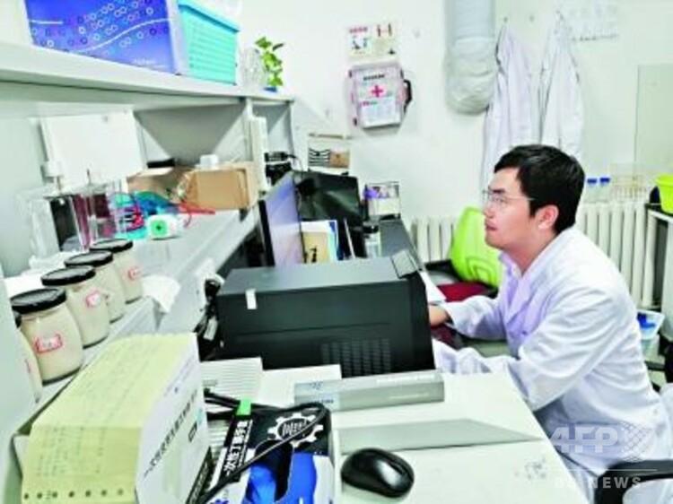 人造植物肉の研究に励む李健副教授(撮影日不明、提供写真)(c)長江日報