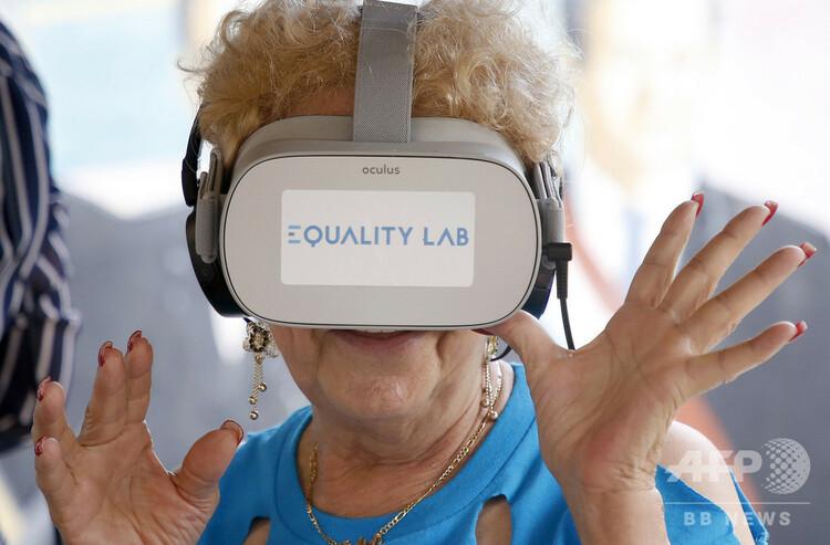 米フロリダ州マイアミのリトルハバナで、バーチャルリアリティー(VR)を体験するニディア・シルバさん(2019年7月26日撮影)。(c)RHONA WISE / AFP