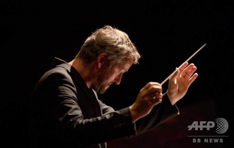オーストリア・リンツで開催された「アルスエレクトロニカ・フェスティバル」で、、AIが完成させたマーラーの未完の交響曲を披露する演奏会で指揮をするリンツ・ブルックナー管弦楽団のマルクス・ポシュナー氏(2019年9月6日撮影)。(c)ALEX HALADA / AFP
