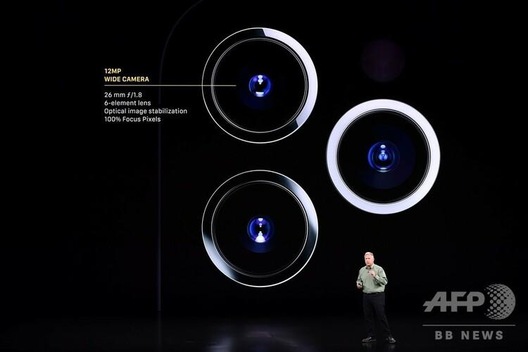米カリフォルニア州クパチーノでアップルが開いたイベントで登壇したフィル・シラー上級副社長(2019年9月10日撮影)。(c)Josh Edelson / AFP