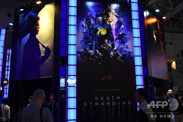 千葉市の幕張メッセで開幕した「東京ゲームショウ2019」で、プレイステーション4の新作ゲーム「デス・ストランディング」のブースに集まる来場者たち(2019年9月12日撮影)。(c)CHARLY TRIBALLEAU / AFP