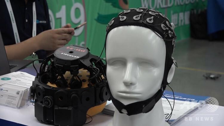 脳波制御に使われる装置(2019年8月24日撮影)。(c)CNS