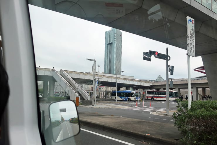 幕張新都心を自動運転バスは走り、信号を検知して止まる