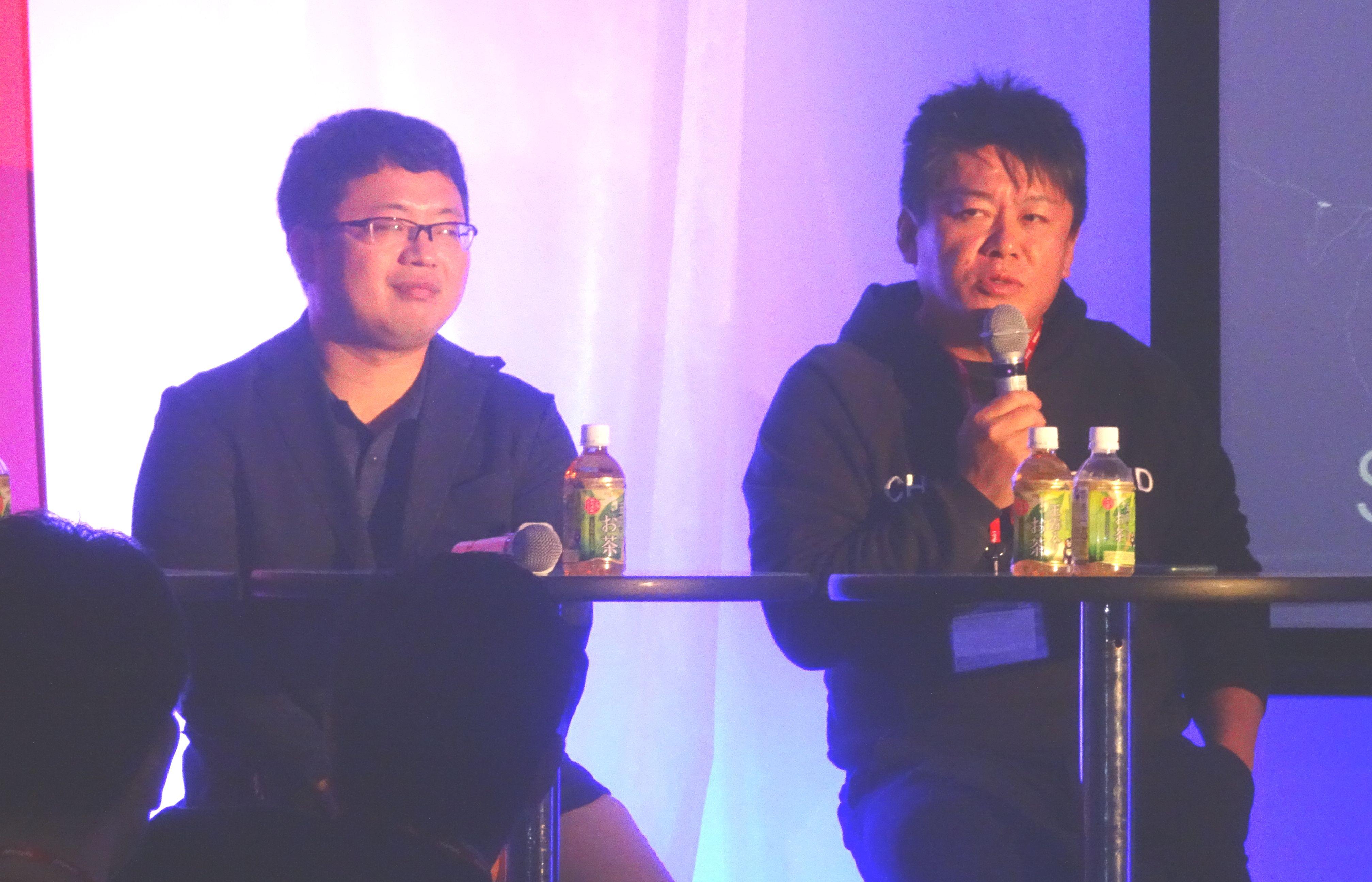 (左から)ISTの稲川大貴社長、堀江貴文取締役