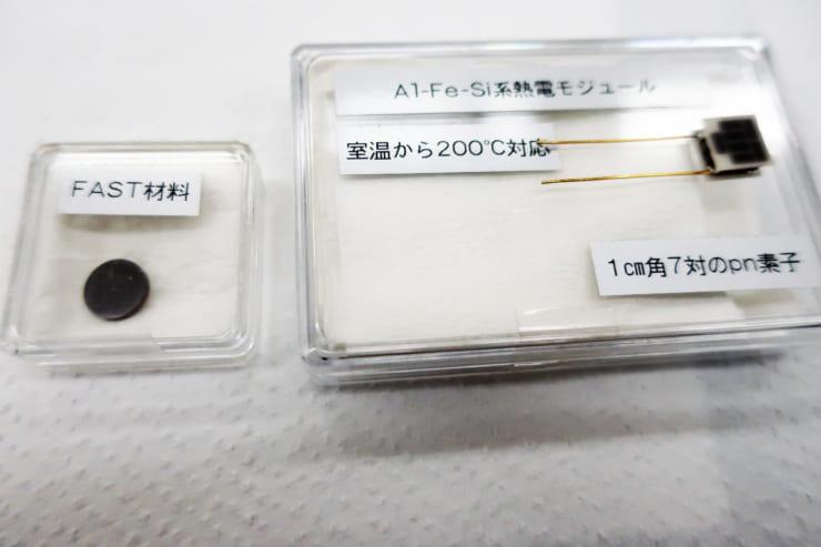 微小温度差による熱電発電モジュール(右)FAST材料(左)