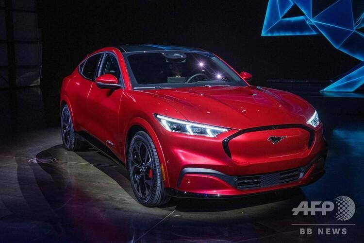米自動車大手フォードが発表した電動の新型スポーツ用多目的車(SUV)「マスタング・マッハE」。米カリフォルニア州ホーソーンにて(2019年11月17日撮影)。(c)Mark RALSTON / AFP